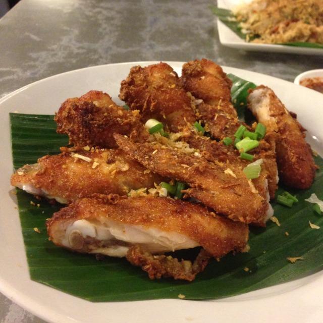 Deep Fried Chicken Wings at ส้มตำนัว (Som Tam Nua) on #foodmento http://foodmento.com/place/1209