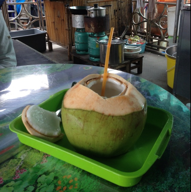 Fresh Coconut Juice (Young) at ตลาดน้ำตลิ่งชัน (Taling Chan Floating Market) on #foodmento http://foodmento.com/place/1218