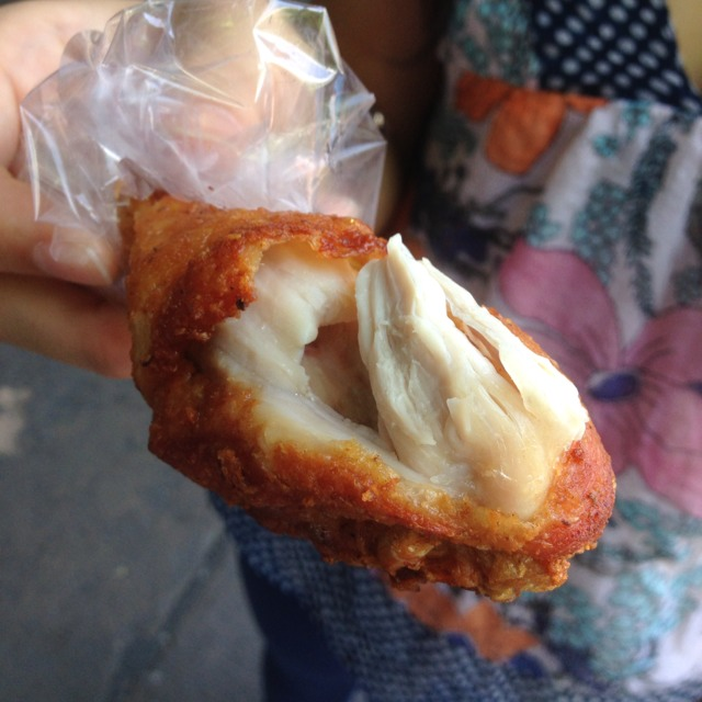 Fried Chicken Leg @ Entrance Vendors at ตลาดนัดจตุจักร (Chatuchak Weekend Market) on #foodmento http://foodmento.com/place/1222