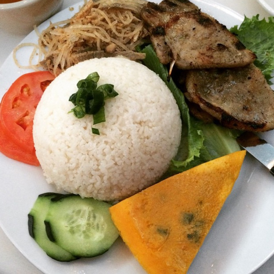 BBQ Pork Chop & Broken Rice Com Suron on #foodmento http://foodmento.com/dish/14323