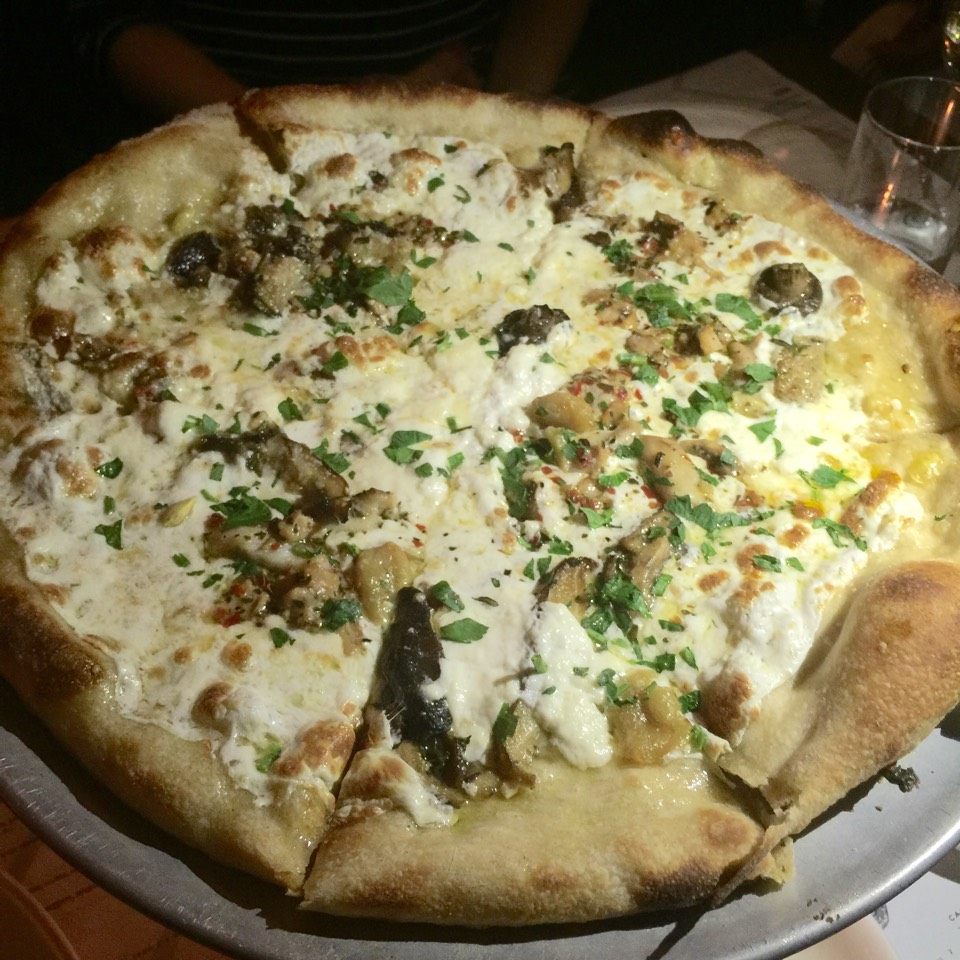 Capo The Great Pizza (Littleneck, cockle, & razor clams, mozzarella. ricotta, mushrooms, garlic confit, rosemary) at GG's NYC (CLOSED) on #foodmento http://foodmento.com/place/4434